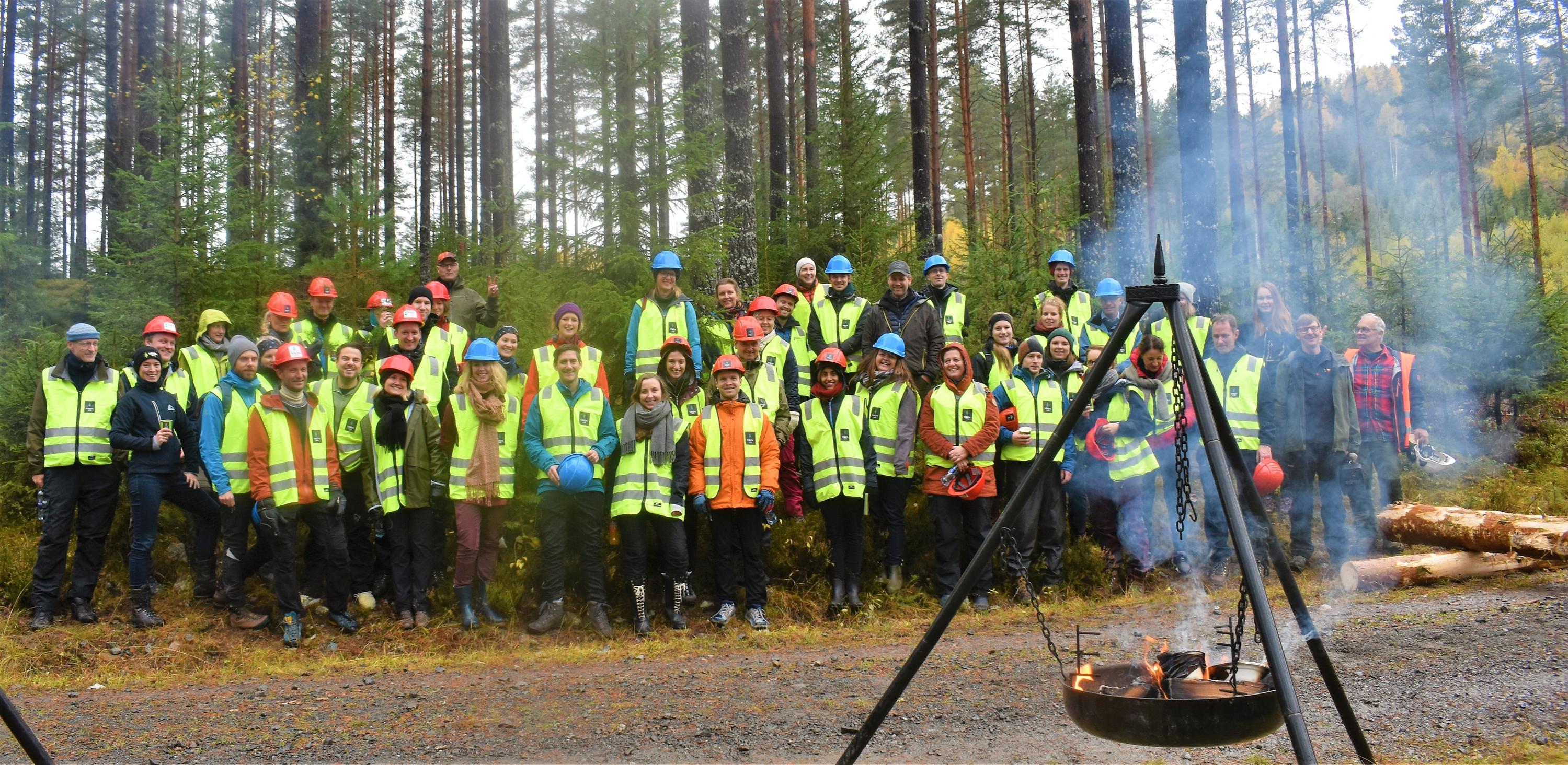 Over 50 ansatte i Klimaavdelingen i KLD tilbrakte en dag ute i felt med Viken Skog.
